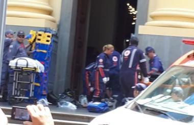 Policías auxilian a varias personas que se encontraban en el interior de la Catedral de Campinas