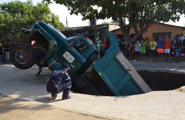 El pesado vehículo tras hundirse en el pavimento.