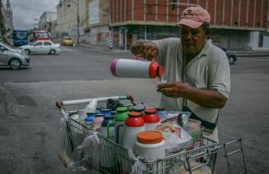 Trabajador informal en el centro de Barranquilla.