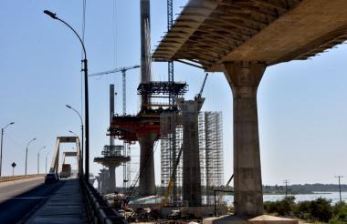 Vista de los pilotes en la construcción del nuevo Puente Pumarejo sobre el río Magdalena.