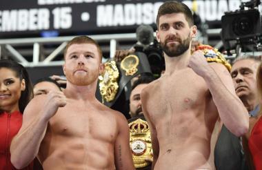 Saúl Álvarez y Rocky Fielding en el pesaje oficial.