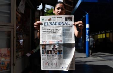 Una mujer sostiene la última portada impresa del periódico venezolano El Nacional, el pasado viernes.
