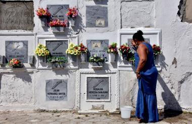 La mañana de este sábado, Luz Divina Cabarcas visitó la tumba de su hija Gabriela en el cementerio Universal.
