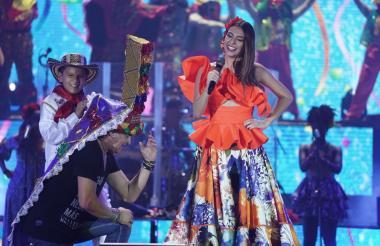 La reina del Carnaval 2019, Carolina Segebre, subió al escenario con el rey momo de los niños César De la Hoz. La soberana le impuso el turbante de la danza del congo al cantante samario Carlos Vives.