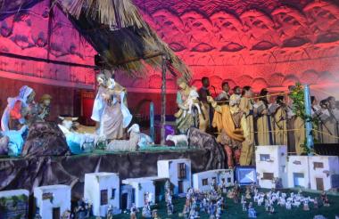 El Coro Arquidiocesano, que aparece al fondo, presentó el jueves en la Catedral María Reina el espectáculo 'Navidad en el Caribe', en el que entonaron varios clásicos navideños para el deleite del público.
