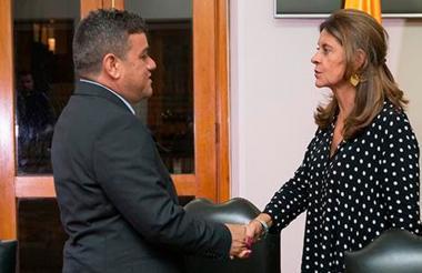 Alcalde de Riohacha Juan Carlos Suaza junto a la vicepresidenta Marta Lucía Ramírez