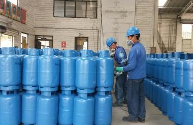 Operarios manejan cilindros de Gas Licuado de Petróleo (GLP) o gas propano.