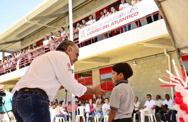 El gobernador del Atlántico, Eduardo Verano, con un estudiante en la inauguración de un colegio en Pitalito, Polonuevo.