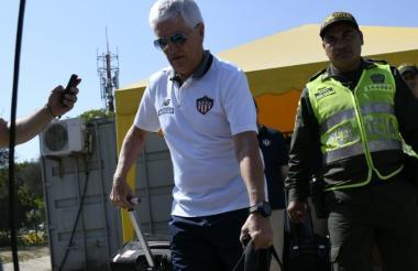 El entrenador colombo-uruguayo Julio Avelino Comesaña llegando este lunes en la mañana a Barranquilla.