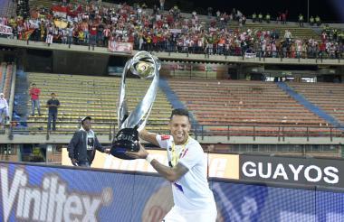 James Sánchez celebrando con el título de la Liga.