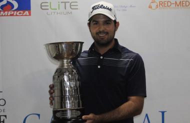 El golfista quindiano Santiago Gómez con el título del Abierto de Golf del Caribe.