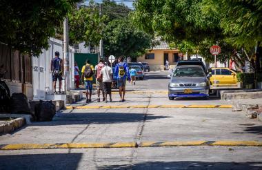 Un grupo de jóvenes camina sobre la carrera 26, entre calles 65B y 68, donde se han instalado resaltos.