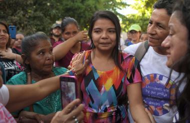 Imelda Cortez acompañada de sus familiares fuera del Centro Judicial para Sentencias en Usulután.