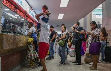 Viajeros realizan la compra de sus pasajes en una ventanilla de la Terminal de Transportes de Barranquilla.