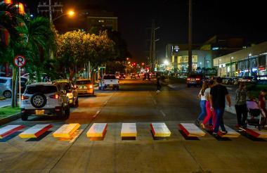 Un grupo de ciudadanos pasan sobre la cebra 3D, en la calle 98 con carrera 56, en horas de la noche.