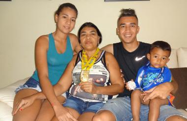 Cantillo junto a su madre Carmen Jiménez, su hermana y su sobrino en la casa familiar en Río Frío.