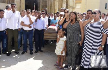 Gremio de periodistas durante el sepelio de Víctor Diago.
