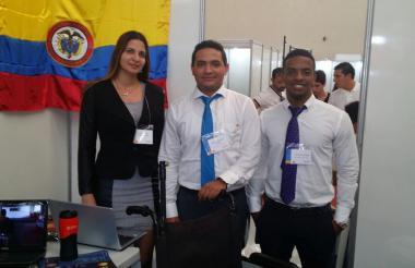 Los egresados de la UAC Mario Villamizar Palacio y José Suárez Mejía, junto a la docente Gisella Borja Roncallo.