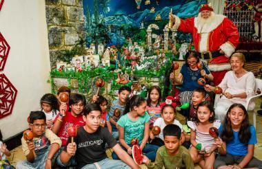 Juanita y Josefina junto a algunos niños asistentes a la novena que se realiza en su casa hace 60 años.