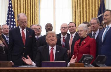 Trump habla ante la prensa en la Casa Blanca.