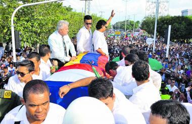Día del multitudinario  sepelio de Diomedes Díaz en Valledupar. Lo acompañan sus hijos Rafael Santos y el también fallecido Martín Elías.