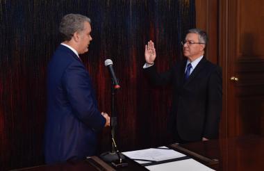 El presidente Duque cuando posesionada a Leonardo Espinosa, fiscal ad hoc.
