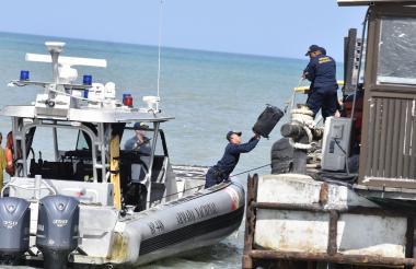 Momento en el que la Armada Nacional traslada la droga incautada.