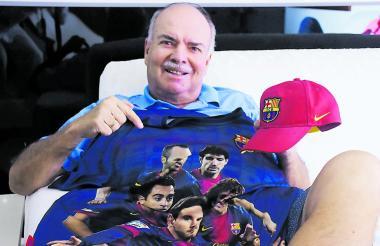Iván Mejía posa con una camiseta y una gorra alusiva al FC Barcelona, su equipo preferido en Europa.
