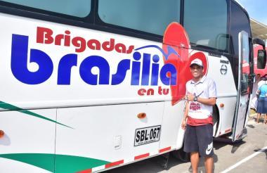Carlos Bacca, junto al bus-consultorio de la Fundación Expreso Brasilia, que facilitó la atención médica en Puerto Colombia.