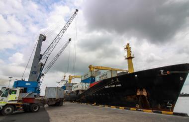Embarcación fondeada en uno de los muelles de la zona portuaria de Barranquilla.