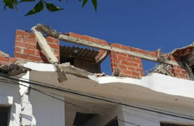 Parte del plafón de la estructura cedió por razón que aún se desconocen.