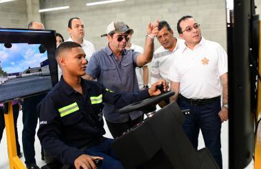 El alcalde Char y el director del Sena, Carlos Estrada, observan un ejercicio a cargo de un aprendiz del Sena.