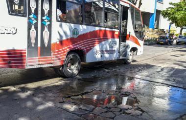 Un bus del transporte público esquiva un hueco en la calle 74 con carrera 39.