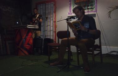 Óscar López Lobo durante la presentación de su libro 'Bitácoras anónimas y otras sobredosis', que ya se puede encontrar en las principales librerías.