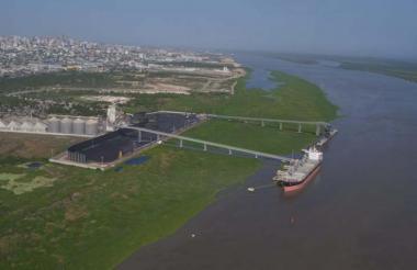 Vista panorámica del canal de acceso al puerto de Barranquilla en aguas del río Magdalena.