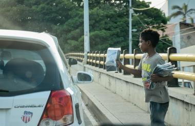 Un menor de edad vendiendo bolsas para basura en una calle de Barranquilla.