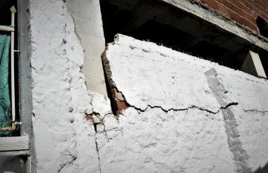 La obra ha generado grietas en casas vecinas.