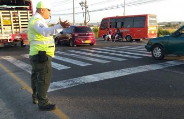 Orientador apoya a la Policía en la Circunvalar.