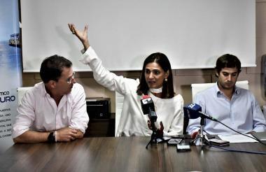 El presidente del Puerto de Barranquilla, René Puche; la ministra de Transporte, Ángela Orozco, y el director ejecutivo de Asoportuaria, Alfredo Carbonell, durante la firma del convenio entre los portuarios y el Gobierno nacional.