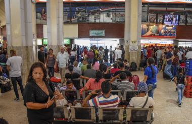Pasajeros en la sala de espera en la Terminal de Transporte.