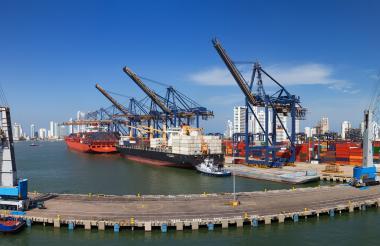 Vista panorámica de las instalaciones de la Sociedad Portuaria de Cartagena con varias embarcaciones.