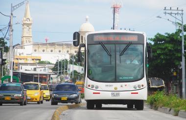Un bus articulado de Transmetro hace su tránsito sobre la avenida Murillo.