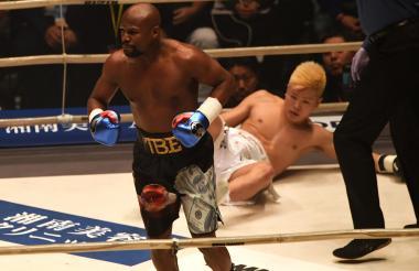 Floyd Mayweather celebrando la victoria después de tumbar al japonés.