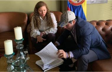 Erika Arenas, ejecutiva de banca pública del Banco Agrario y el Alcalde Char.