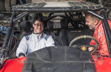 Lucas Barrón junto a su piloto Jacques Barrón.