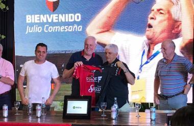 Comesaña y el presidente de Colón, José Vignatti.