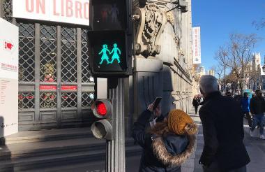 Una pareja de mujeres se visualiza en este semáforo ubicado en Madrid.