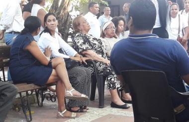 Amigos y familiares acompañan a la abuela de Falcao