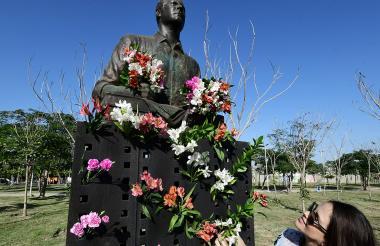 La estatua del periodista barranquillero junto a su esposa, Ana Milena Londoño.