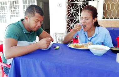 Duván Quintero consume el popular 'corrientazo' junto a su compañera de trabajo al mediodía.